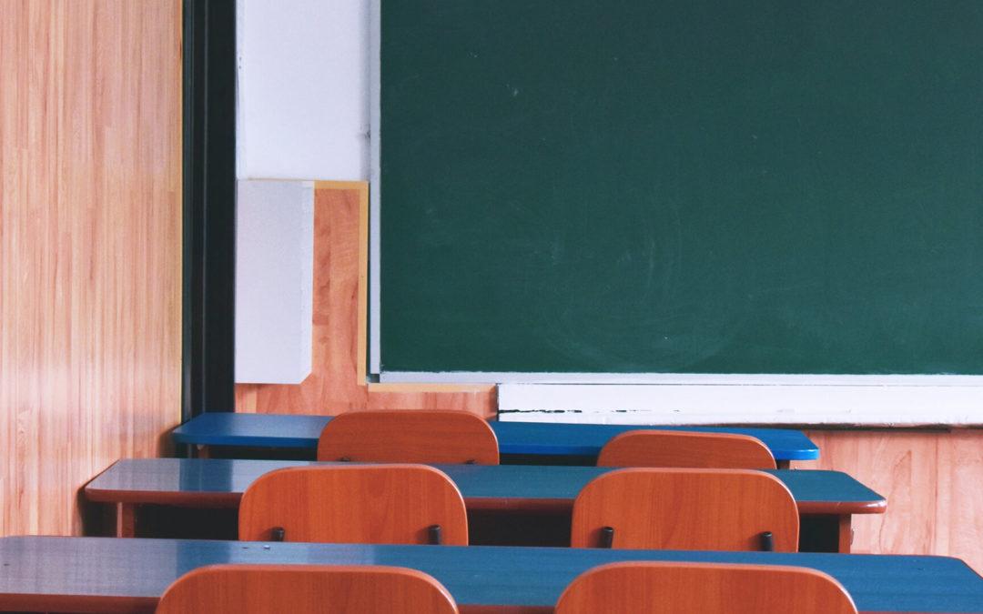 Tablica interaktywna w szkołach policealnych – dlaczego warto?